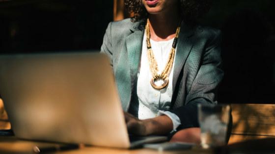 vrouwen bij Amerikaanse kantoren