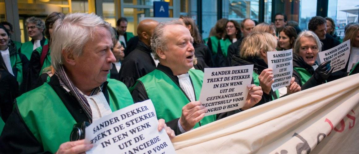 76fcdd932b0 Advocaten protesteren op 7 februari bij de rechtbank in Rotterdam. Beeld  door: Sander Foederer